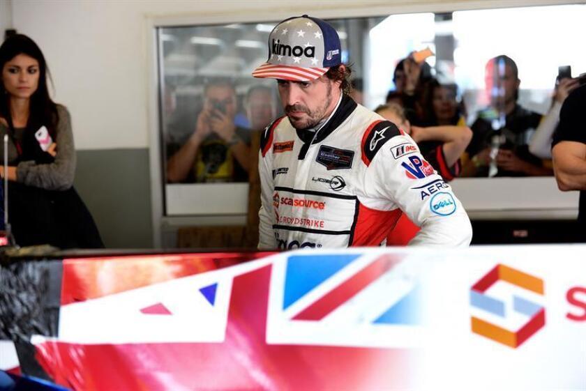 """El piloto español Fernando Alonso (c) del equipo """"United Autosports"""" reacciona tras abandonar la pista por una falla mecánica hoy, 28 de enero de 2018, durante la competencia Rolex 24 Horas, en la ciudad de Daytona Beach (Estados Unidos). EFE"""
