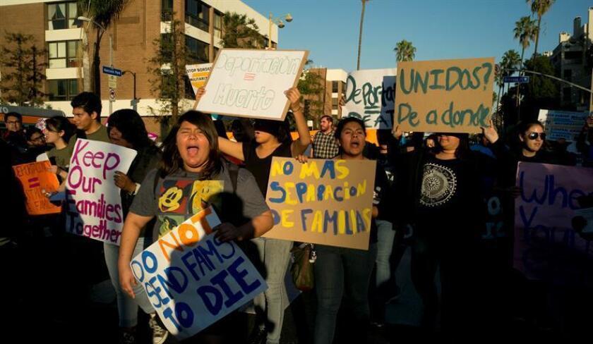 Refugiados y activistas protestan durante una visita del presidente Barack Obama, el jueves 11 de febrero de 2016, en Los Ángeles, California (EE.UU.). Los manifestantes denunciaron que desde mediados de 2014, la administración de Obama ha perseguido a refugiados centroamericanos que buscan asilo en Estados Unidos. EFE/Archivo