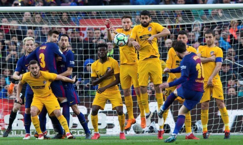 El delantero argentino del FC Barcelona Lionel Messi (d) lanza una falta durante el partido de la vigésimo séptima jornada de Liga el pasado mes de marzo. EFE/Archivo