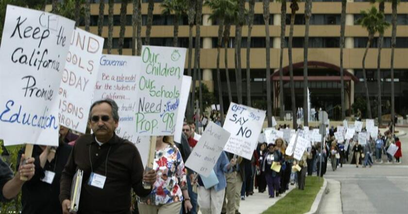 Maestros y miembros de la Federación de Maestros de California protestan tras la promesa fallida del gobernador Arnold Schwarzenegger ante la Propuesta 98 y ante el recorte de $2.3 millones en la educación del estado hoy. EFE/Archivo