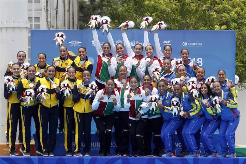 El equipo de nado sincronizado de México (c), medalla de oro, posa junto al de Colombia (i), plata, y Venezuela, bronce, en la premiación de la prueba equipo libre hoy, jueves 2 de agosto de 2018, en los XXIII Juegos Centroamericanos y del Caribe 2018 en Barranquilla (Colombia). EFE