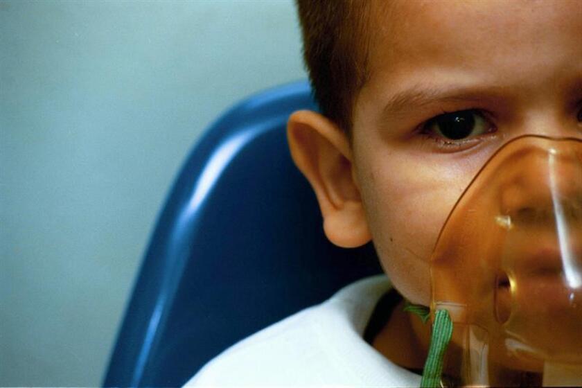 Un niño es atendido tras sufrir un ataque de asma. EFE/Archivo