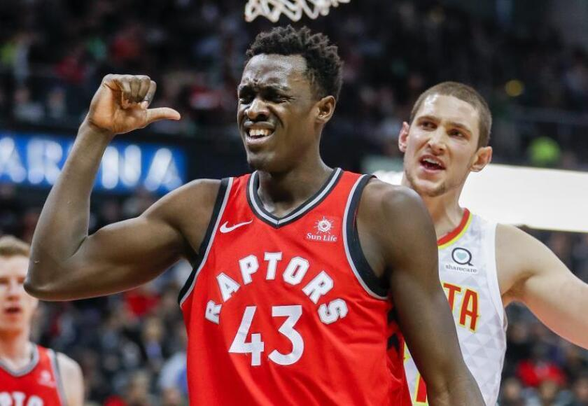El camerunés Pascal Siakam (i) de los Toronto Raptors, durante un partido de la NBA. EFE/Archivo