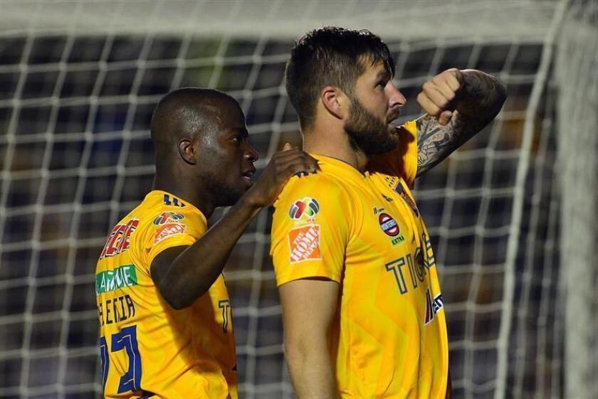 Enner Valencia (i) y Andre gignac (d) de Tigres festejan una anotación durante un partido celebrado en el estadio BBVA de la ciudad de Monterrey. EFE/Archivo