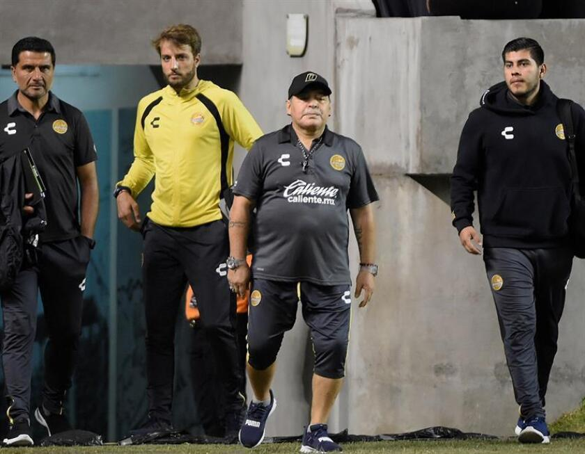 El argentino Diego Armando Maradona (c), entrenador de los Dorados de Sinaloa del Ascenso del fútbol mexicano, es visto este miércoles durante el partido entre Dorados de Sinaloa y el equipo cañero del Zacatepec de segunda división, en el estado de Morelos (México). EFE