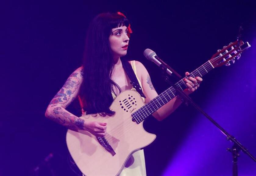 La cantante chilena Mon Laferte durante un concierto. EFE/ARCHIVO