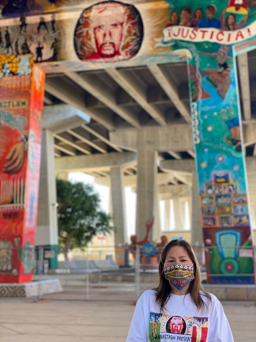 María Puga, viuda de Anastasio Hernández posa junto al mural pintado en Parque Chicano en memoria del inmigrante mexicano
