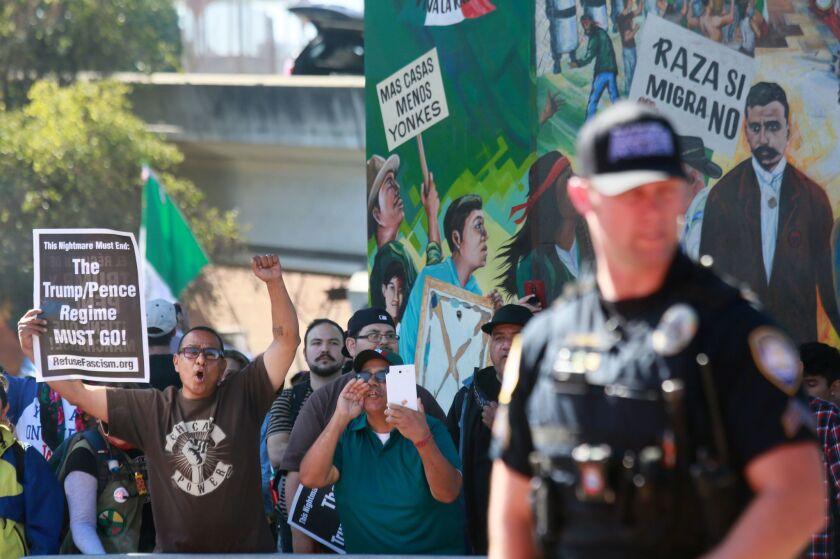 """Manifestantes muestran su rechazo al """"Patriot Picnic"""" en Chicano Park el 3 de febrero de 2018 en San Diego. El próximo lunes, organizaciones locales presentarán en el mismo lugar su posicionamiento ante la visita del presidente Trump."""
