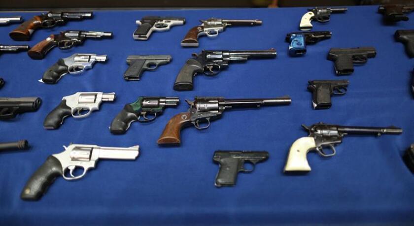 Vista de armas confiscadas el martes 27 de octubre de 2015, durante una conferencia de prensa en Nueva York (Estados Unidos). EFE/Archivo