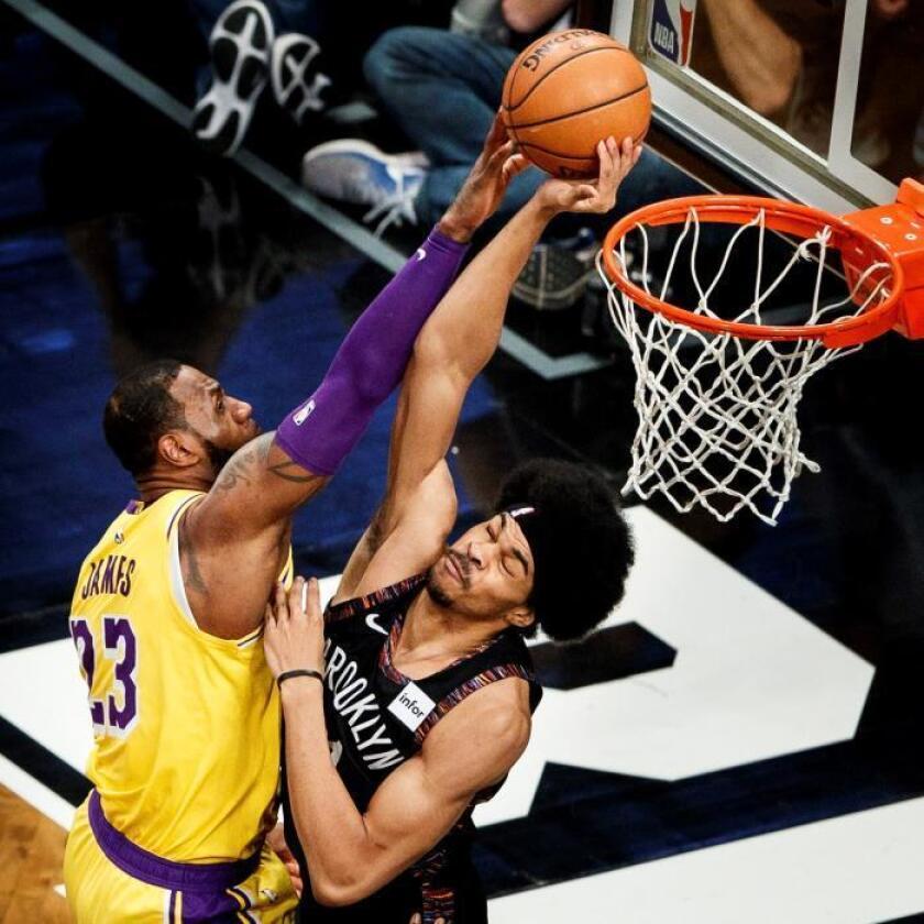 Jarrett Allen (d) de los Nets en acción ante LeBron James (i) de los Lakers, durante un partido de la NBA entre Los Angeles Lakers y los Brooklyn Nets, en el Barclays Center de Brooklyn, Nueva York (EE.UU.). EFE