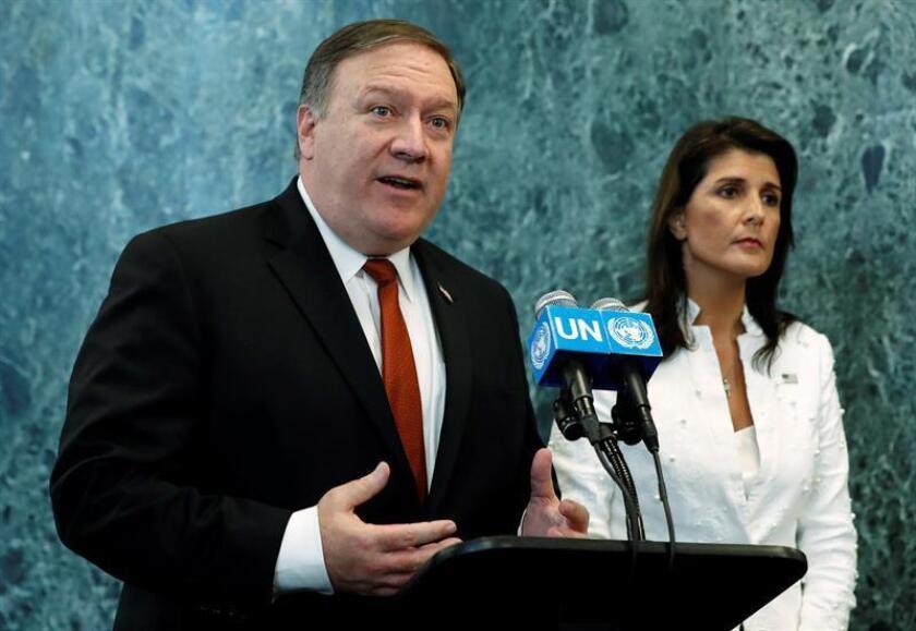 """El secretario de Estado, Mike Pompeo (i), aseguró hoy que la Organización del Tratado del Atlántico Norte (OTAN) seguirá siendo """"un pilar indispensable"""" de la seguridad del país, una declaración que llega tras las dudas que sembró el presidente Donald Trump en la reciente cumbre de la Alianza. EFE/ARCHIVO"""