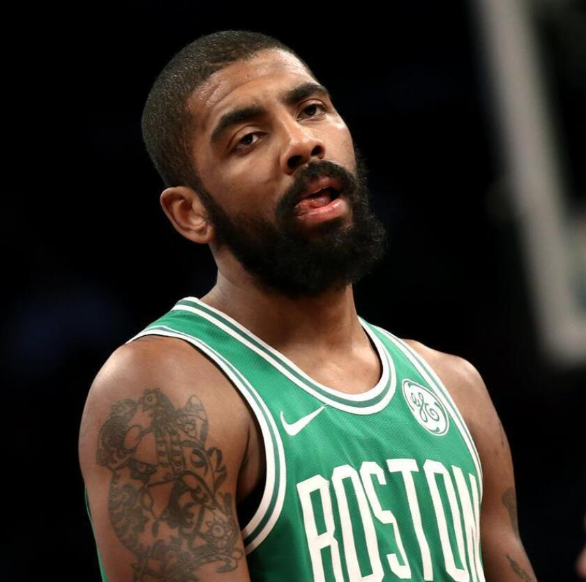Boston Celtic guard Kyrie Irving reacts after a play in the second half of their NBA basketball game. EFE/Archivo
