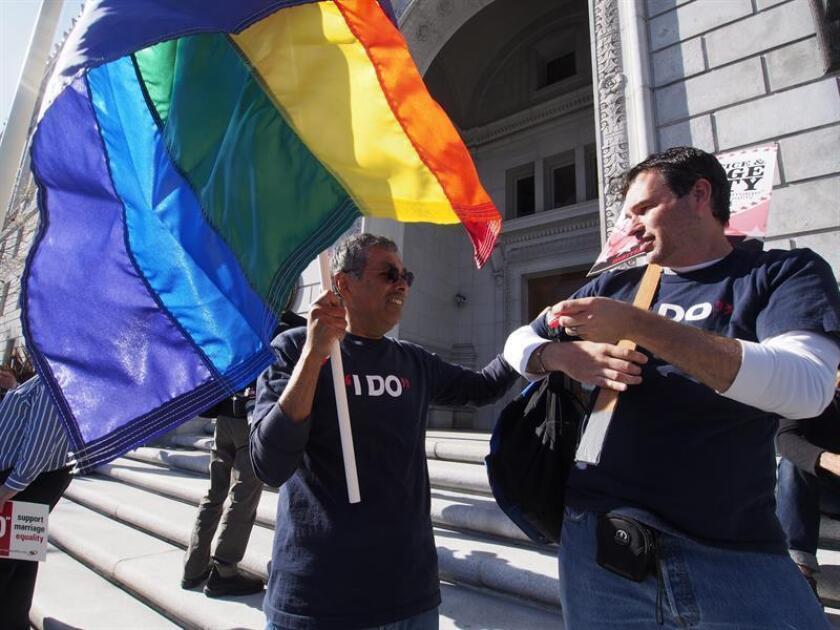 Vista de una persona con una bandera de arcoiris. La comunidad LGTB sacó hoy músculo en el Pentágono, donde este lunes comenzaron las celebraciones por el Mes de Orgullo en el Departamento de Defensa, en medio de las amenazas del presidente, Donald Trump, de vetar la presencia de transexuales en el Ejército. EFE/Archivo