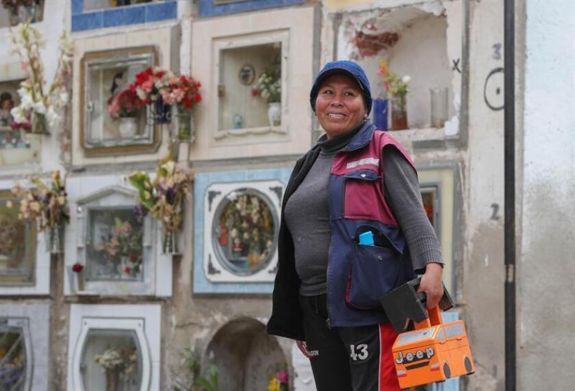 Fotografía del 23 de octubre del 2018, de la lustrabotas boliviana Esther Valero en el Cementerio General de La Paz (Bolivia). EFE