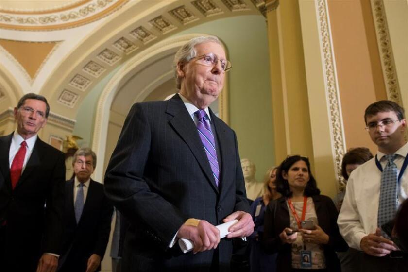 El líder republicano del Senado Mitch McConnell (c) intenta evitar tanto el cierre de la Administración como la necesidad de aprobar un gigantesco proyecto de ley general de gastos, que Trump rechazó hacer de nuevo a principios de este año, cuando rubricó el presupuesto de lo que restaba de 2018. EFE/Archivo