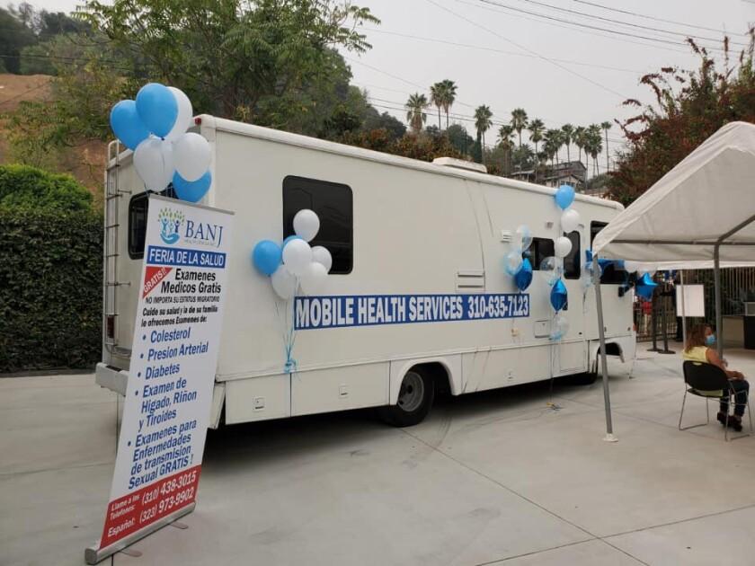 Banj Health Center tiene este vehículo estacionado en la área de ingreso del consulado guatemalteco en Los Ángeles.