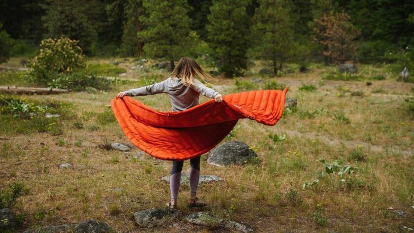 Is it a blanket, a jacket, a hammock warmer or a sleeping bag? The versatile Kammock Bobcat trail qu