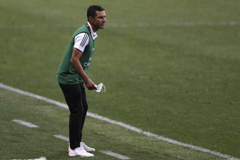Jaime Lozano, técnico de la selección de México, observa la final del Preolímpico de la Concacaf ante Honduras