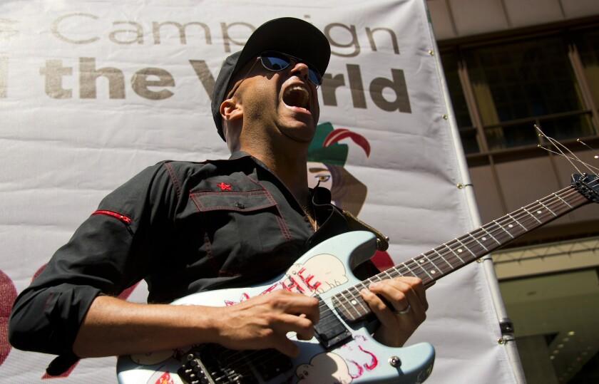Tom Morello dei Rage Against the Machine con la chitarra in mano.