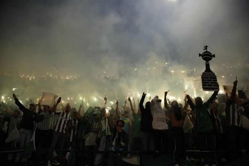 Aficionados del club colombiano Atlético Nacional apoyan al equipo en la final de la Copa Libertadores... tras su coronación llegaron los disturbios.