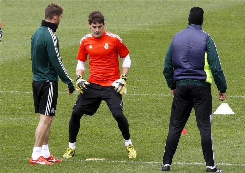 Los jugadores del Real Madrid Sergio Ramos (i) e Iker Casillas(c), durante un entrenamiento del Real Madrid. EFE/Archivo