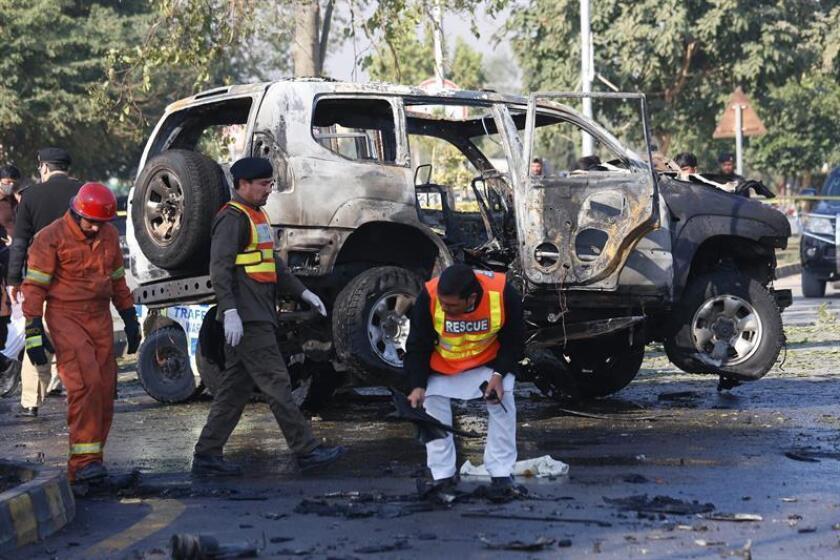 Miembros de los equipos de rescate inspeccionan el lugar donde se ha producido un atentado en Peshawar (Pakistán). EFE/Archivo