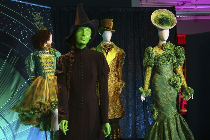 """Prendas de vestuario del musical de Broadway """"Wicked"""" se exponen como parte de """"Showstoppers! S"""
