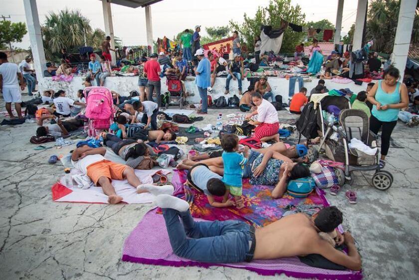 Integrantes de la caravana migrante descansan en su camino hacia Estados Unidosen el municipio de Tepanatepec, en el estado de Oaxaca (México). EFE
