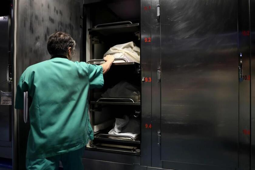 Actualmente el Negociado de Ciencias Forenses (NCF) en Puerto Rico cuenta con cinco patólogos para varios turnos, escasez de investigadores forenses y alberga 307 cuerpos, de los que 128 no han sido identificados. EFE/ARCHIVO
