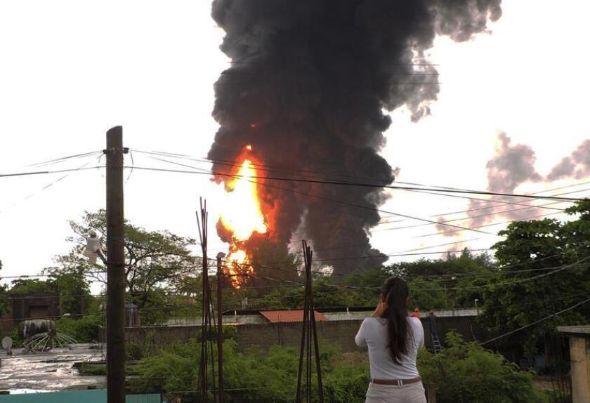 Vista general que muestra la columna de humo propiciado por un incendio. EFE/Archivo