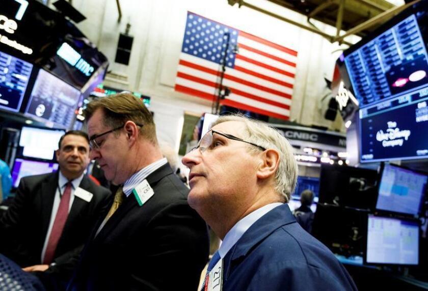 Varios trabajadores operan en la Bolsa de Nueva York (EE.UU.). EFE/Justin Lane/Archivo