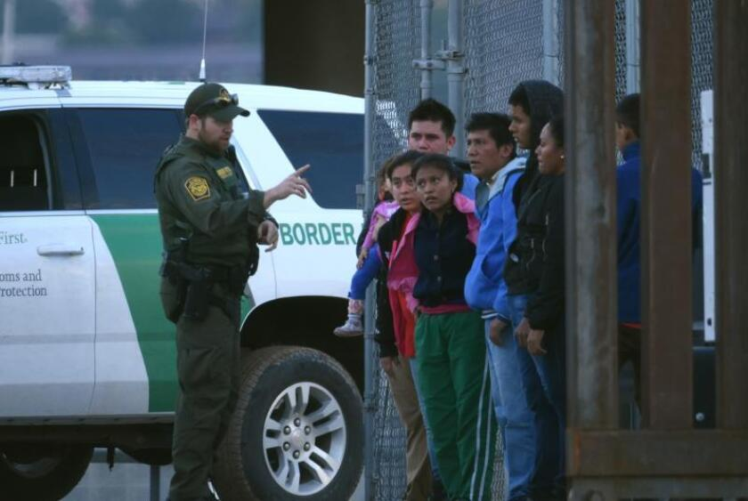 Un agente de la patrulla fronteriza estadounidense habla a un grupo de jóvenes migrantes centroamericanos tras ser detenidos en los margenes del Rio Bravo, en la fronteriza Ciudad Juárez (México). EFE/Rey R. Jauregui/Archivo