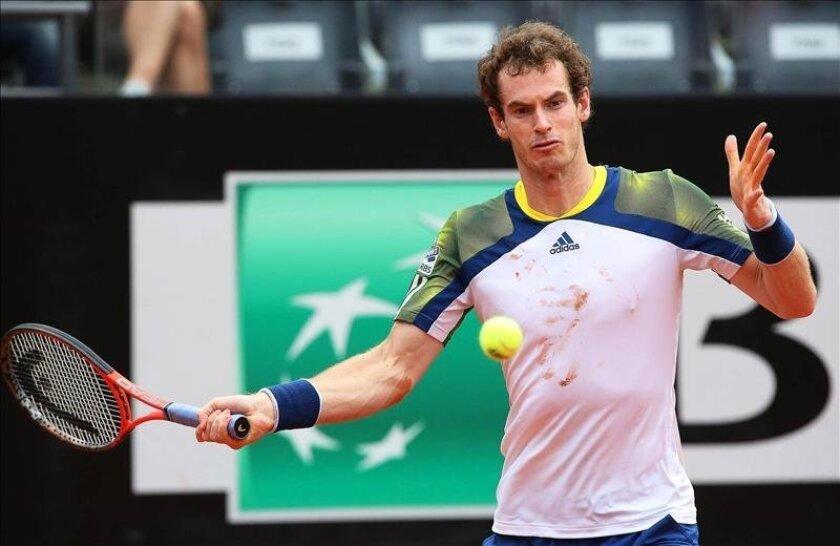 El tenista británico Andy Murray devuelve la pelota al español Marcel Granollers durante el partido de segunda ronda correspondiente al torneo de tenis de Roma. EFE/Archivo