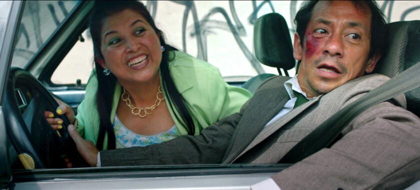 """Liliana Arriaga, izquierda, y Aarón Aguilar en una escena de la película """"Chilangolandia"""", estrenada el 16 de septiembre, en una imagen proporcionada por Cinépolis Distribución. (Cinépolis Distribución via AP)"""