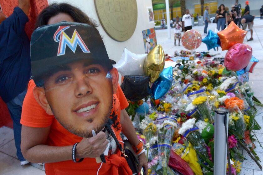 Aficionados de los Marlins rinden tributo al lanzador José Fernández en el estadio Marlin, en la Pequeña Habana de Miami, Florida hoy, 26 de septiembre de 2016. La muerte trágica del joven lanzador cubano José Fernández, de los Marlins de Miami, considerado como uno de los mejores en el béisbol de las Grandes Ligas, ha dejado desolada a toda la familia del béisbol de las Mayores. EFE/GIORGIO VIERA ** Usable by HOY and SD Only **