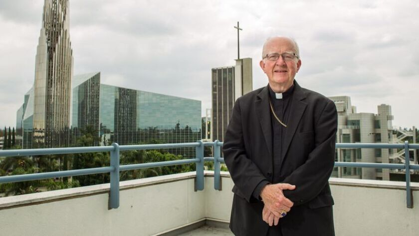 Obispo Kevin Vann en la Catedral de Cristo, dirige la Diócesis Católica Romana de Orange.