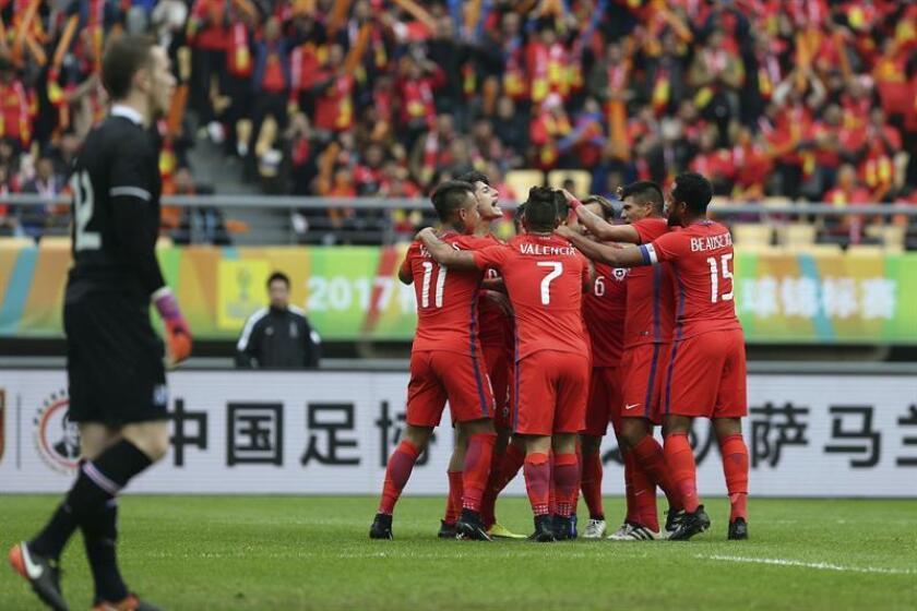 Fotografía cedida por la Asociación Nacional de Fútbol Profesional de Chile (ANFP), de los jugadores de la selección de fútbol de Chile, que celebran su gol hoy durante la final China Cup frente a la selección de Islandia disputada en el estadio Wangxi de Nanning (China). EFE