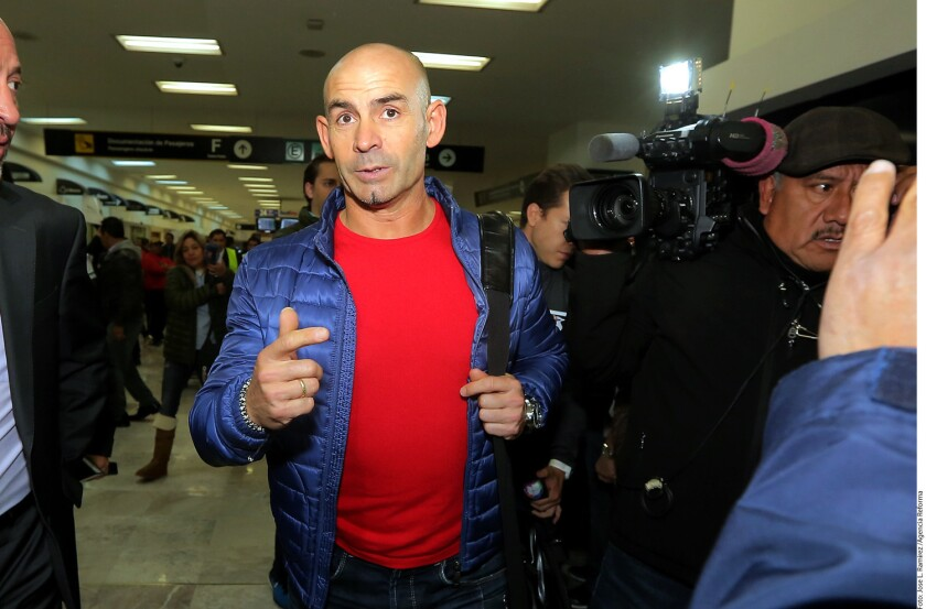 El técnico español Paco Jémez, en su llegada a Ciudad de México para incorporarse al Cruz Azul.