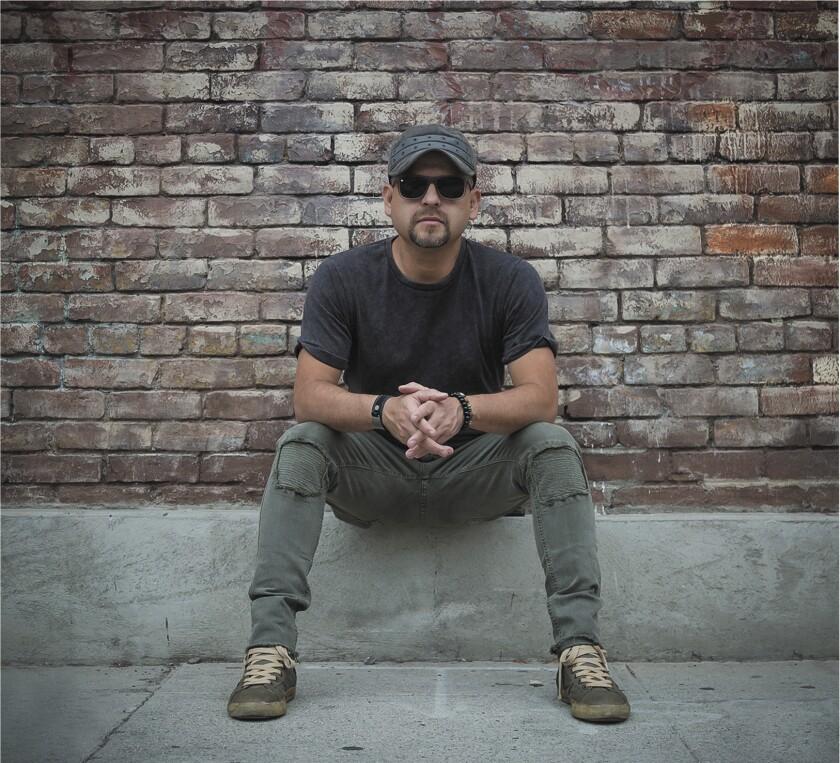 El conocido músico de la escena local Oscar Coronel tiene ahora entre manos un proyecto con el que ha lanzado ya dos videoclips.