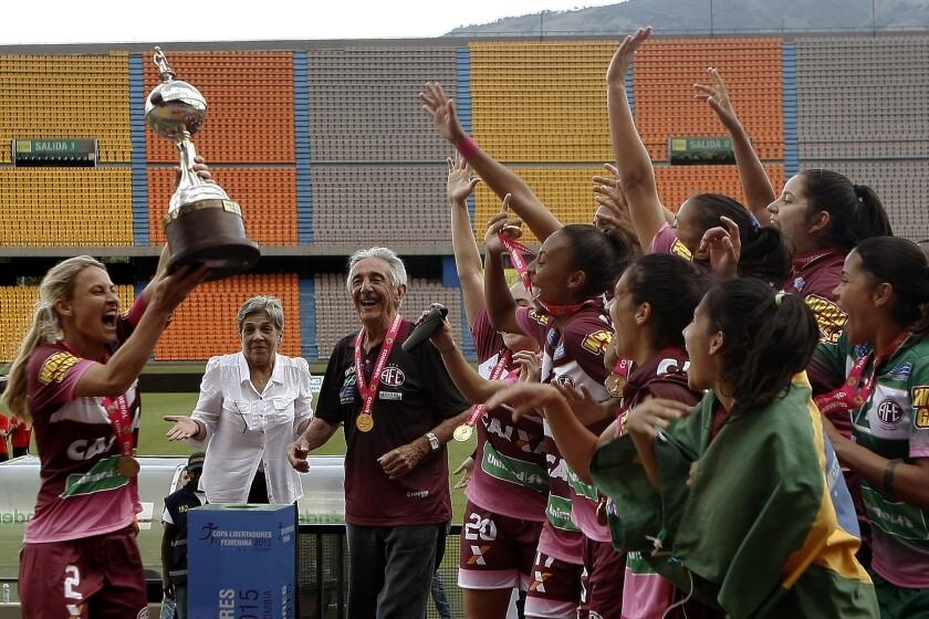 MED704. MEDELLÍN (COLOMBIA), 08/11/2015.- Las jugadoras de Ferroviaria celebran al ganar el titulo de la Copa Libertadores Femenina frente a Colo-Colo de Chile hoy, domingo 8 de noviembre de 2015, en Medellín (Colombia). Ferroviaria venció 3-1 a Colo Colo. EFE/LUIS EDUARDO NORIEGA. ** Usable by HOY, FL-ELSENT and SD Only **