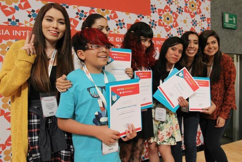 """Cinco """"booktubers"""" mexicanos ganadores de un concurso en la Feria Internacional del Libro (FIL) de Guadalajara animaron hoy a los jóvenes para que pierdan el miedo a los """"clásicos"""" de la literatura latinoamericana y vuelquen su gusto por la lectura en las redes. EFE"""