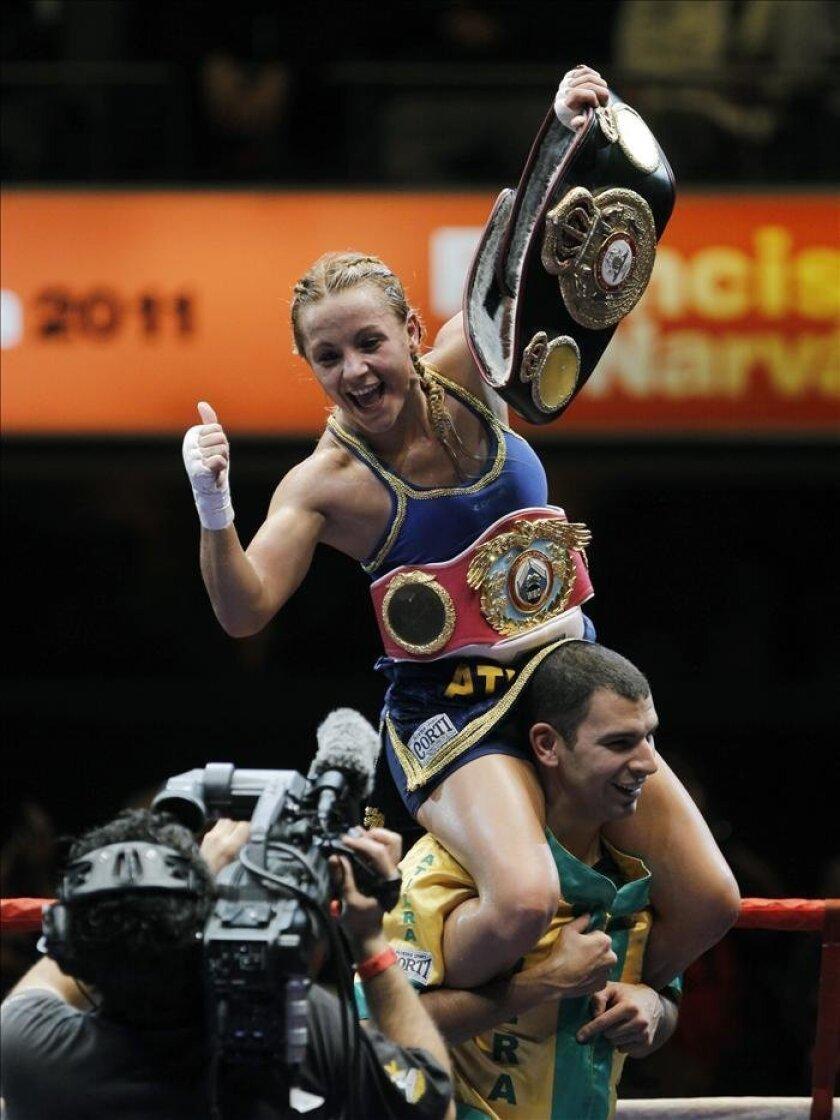 La boxeadora argentina Yésica Bopp celebra su victoria frente a la mexicana Yesenia Martínez Castrejón tras la pelea en la que Bopp defendía su título de campeona mundial minimosca en el Estadio Luna Park de Buenos Aires, el 12 de junio de 2011. EFE/Archivo