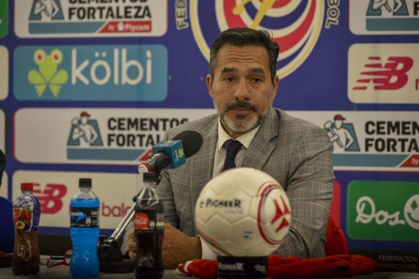 El técnico uruguayo Gustavo Matosas habla durante su presentación como nuevo director técnico de la Selección Nacional de Fútbol de Costa Rica este martes 9 de octubre de 2018, en San José (Costa Rica). EFE