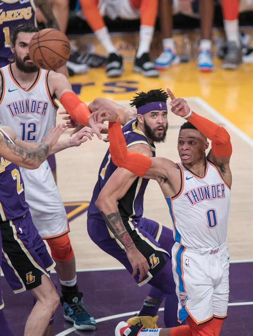 Russell Westbrook (d) de Oklahoma Thunder en acción ante Los Angeles Lakers durante un juego de la NBA hoy en el Staples Center de Los Ángeles, California (EE. UU.). EFE