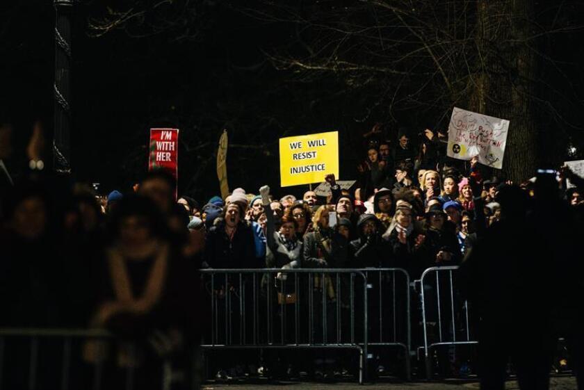 Un grupo de personas protestan a las afueras de la Torre y el Hotel Internacional Trump hoy, jueves 19 de enero de 2017, en el centro de Manhattan, Nueva York (Estados Unidos), un día antes de la toma de posesión del presidente electo Donald Trump. EFE