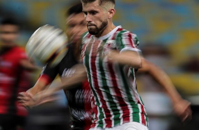 Caio Henrique (d) de Fluminense disputa un balón con Fierro de Antofagasta este martes, en un partido de la Copa Sudamericana en el estadio de Maracaná en Río de Janeiro (Brasil). EFE/Archivo