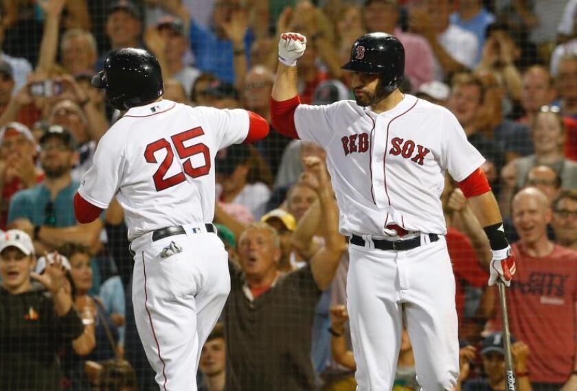 J.D. Martinez de los Medias Rojas de Boston celebra con su compañero Steve Pearce durante un partido de béisbol de la MLB. EFE/Archivo