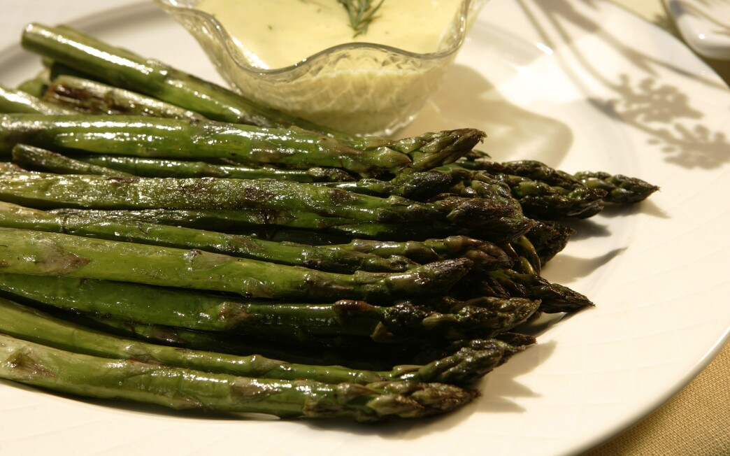 Pan-roasted asparagus with dill hollandaise sauce