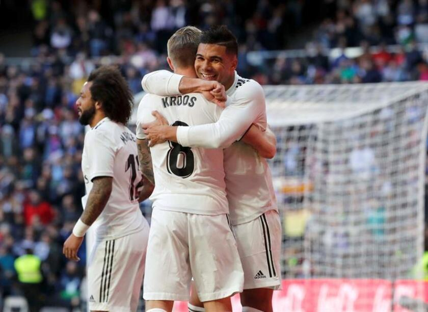 El centrocampista brasileño del Real Madrid, Carlos Casemiro (d), celebra junto a su compañero Toni Kroos, su gol conseguido frente al Girona, el del 1-0, durante el partido correspondiente a la vigesimocuarta jornada de Liga que ambos equipos disputan en el estadio Santiago Bernabéu. EFE