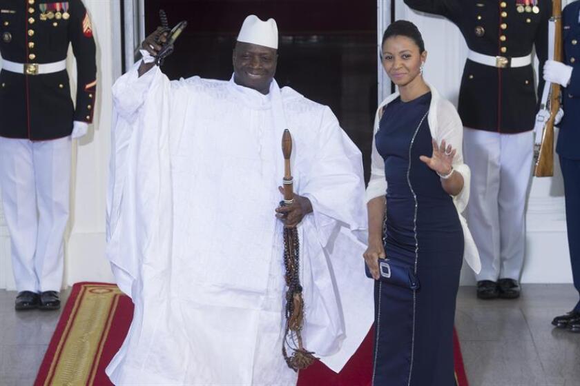 El presidente de Gambia Yahya Jammeh (i) y la primera dama Zeinab Suma Jammeh (d). EFE/Archivo